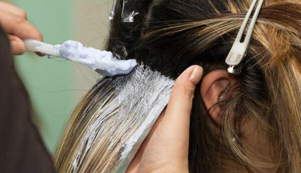pasos para decolorar el pelo